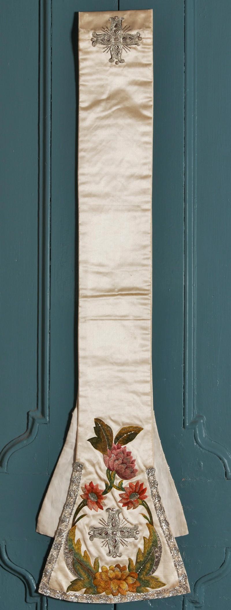Manif. emiliana sec. XVIII, Stola in raso bianco ricamato