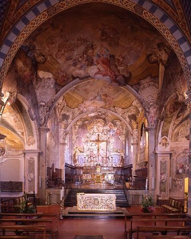 Il presbiterio dopo l'intervento di adeguamento liturgico provvisorio del 1996