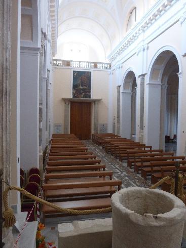 La navata centrale dal presbiterio