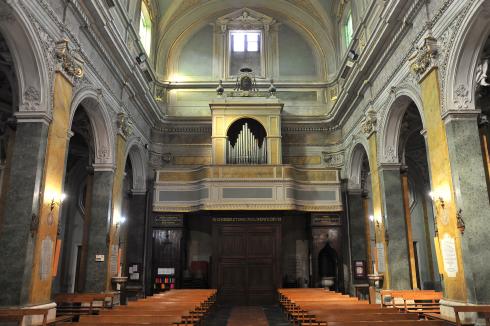 La navata centrale dall'altare con in primo piano la cantoria dell'organo