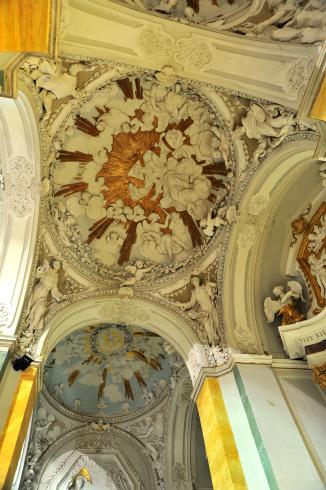 Decorazioni a stucco della volta nella navata laterale sinistra