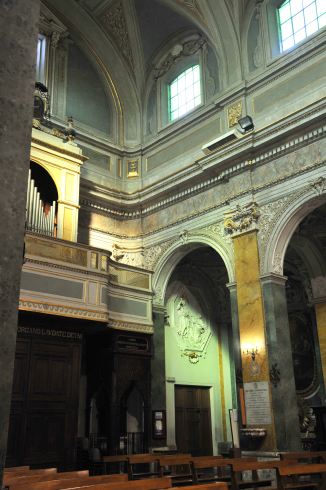 Dettaglio della navata centrale con la cantoria e l'organo