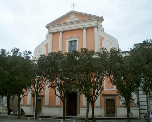 La facciata della cattedrale di San Pietro  Apostolo