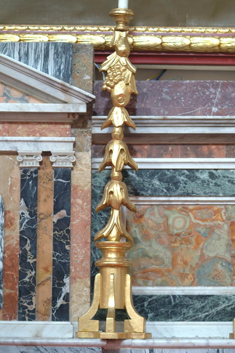 Bottega siciliana sec. XX, Candeliere d'altare con intagli a grappoli d'uva 4/6