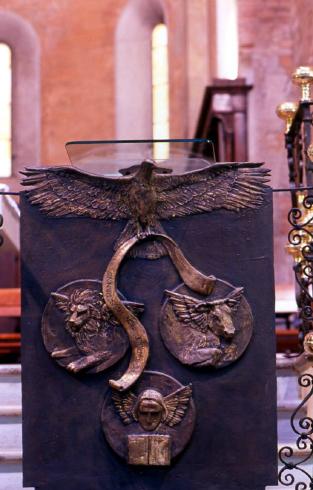 Ambone in bronzo con i simboli degli evangelisti 1996 di G. Cristalli