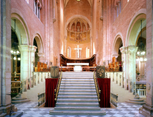 Il presbiterio dopo l'adeguamento liturgico del 1985 e del  1996