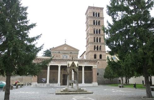 La facciata principale della cattedrale di Santa Maria