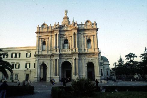 La facciata principale della cattedrale della Beata Maria Vergine del Rosario a Pompei