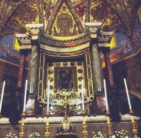 Ancona sull'altare maggiore con immagine della madonna (anche cappella feriale)