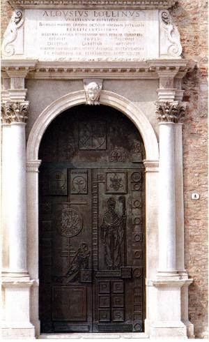La porta bronzea centrale realizzata nel 1982 da A. Canevari