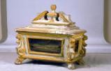Bott. marchigiana sec. XVIII, Reliquiario bianco e dorato 1/2