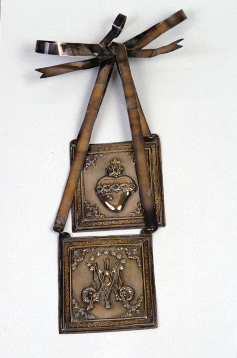 Bottega veneta sec. XX, Scapolare in argento della Madonna del Carmine