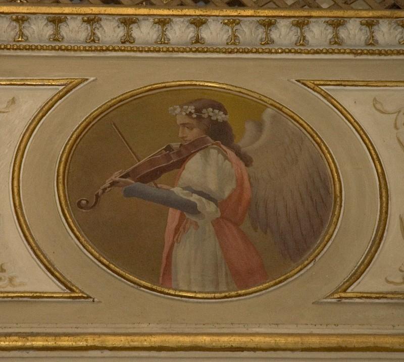 Conti Consoli S. (1932-1936), Angelo musicante con ghirlanda di fiori