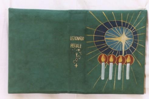 Manif. salentina sec. XX, Coperta verde del libro lezionario feriale con candele