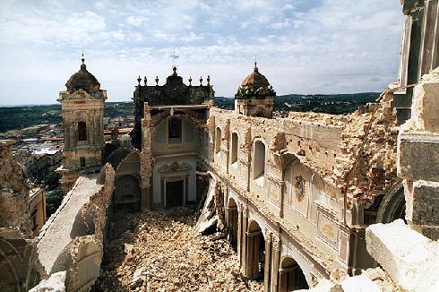 La cattedrale dopo il crollo strutturale avvenuto il 13 marzo 1996