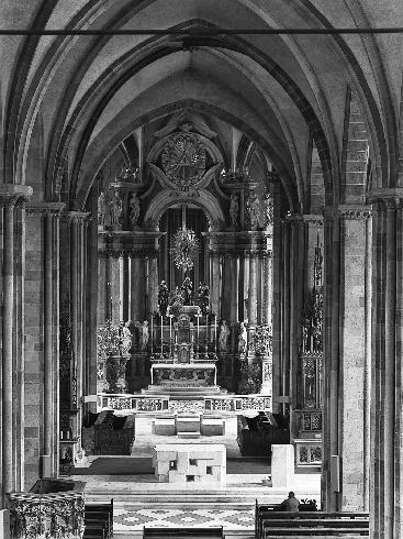 Il presbiterio dopo l'intervento del 1977