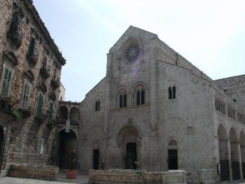 La facciata principale della Chiesa di Assunta e San Lentino a Bitonto