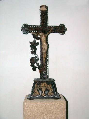 Ambito salentino (1900), Croce legno intagliato con stelo di fiori