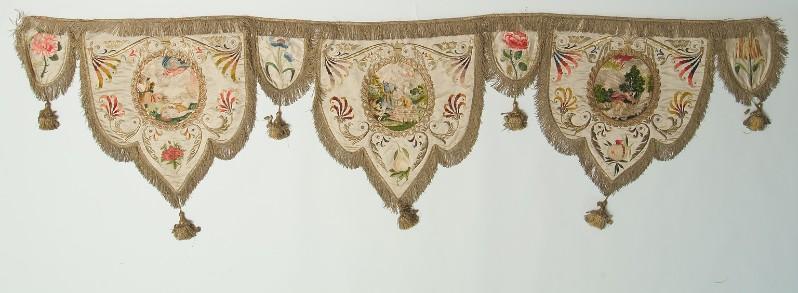 Manif. italiana sec. XIX, Fascia con tre lambrecchini figurati 2/2