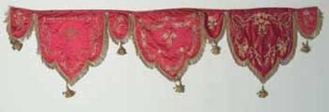 Manif. italiana sec. XIX, Fascia con tre lambrecchini figurati 1/2