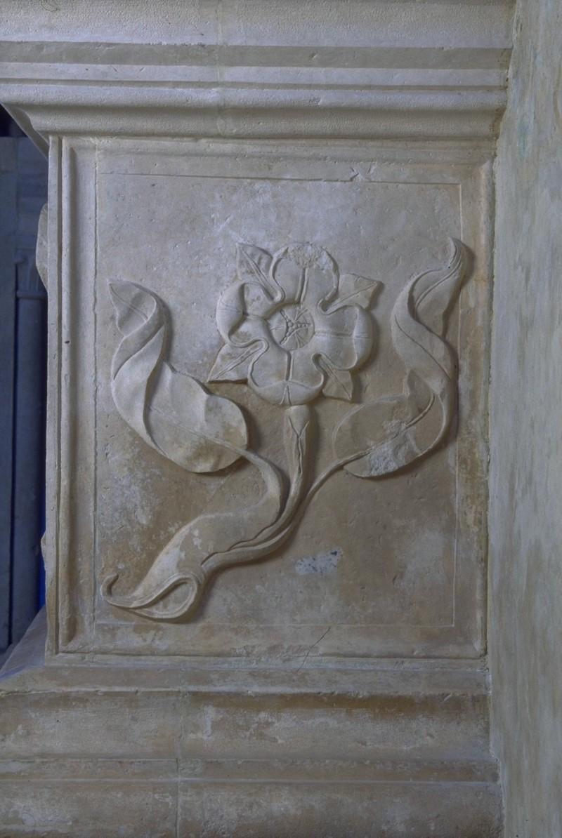 Agostino di Duccio (1449-1456), Bassorilievo con rosa quadripetala 1/2
