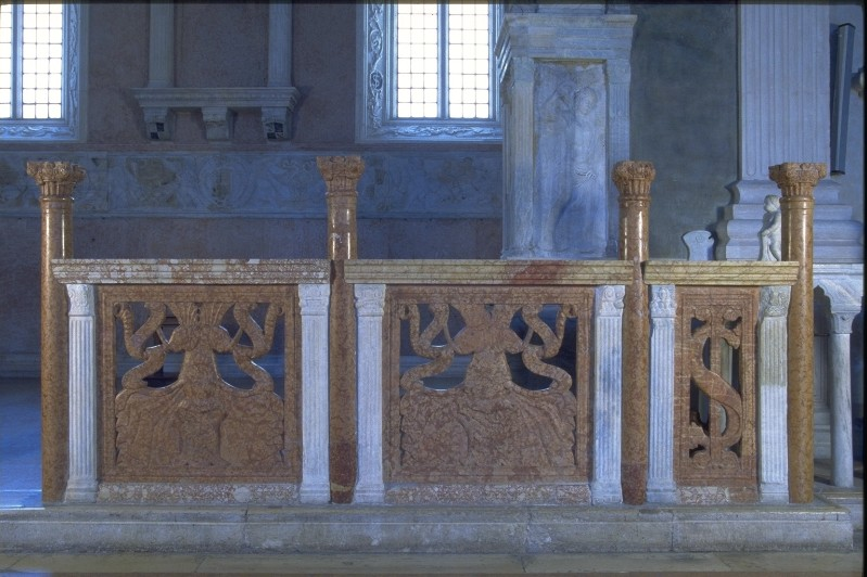 Agostino di Duccio (1454-1457), Balaustrata in marmo rosso 2/2