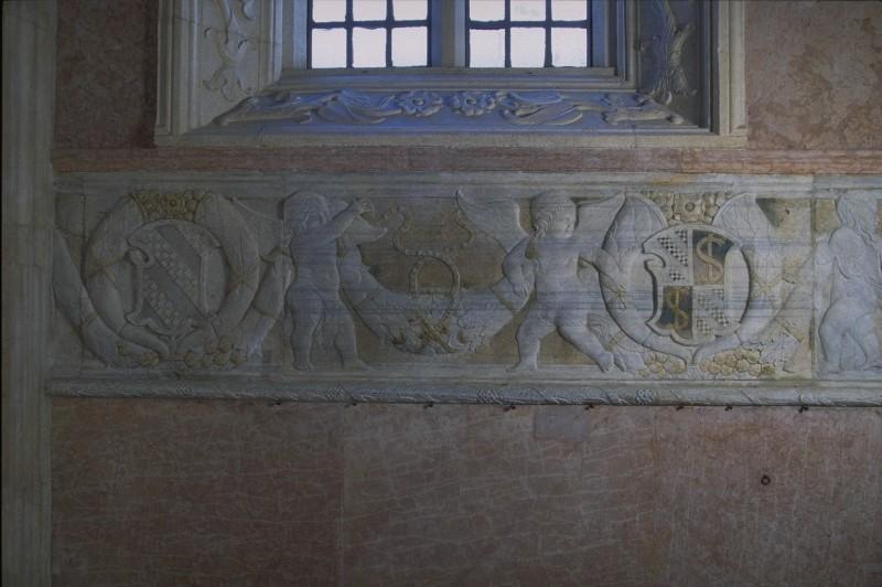 Agostino di Duccio (1454-1457), Fregio con angioletti reggifestone