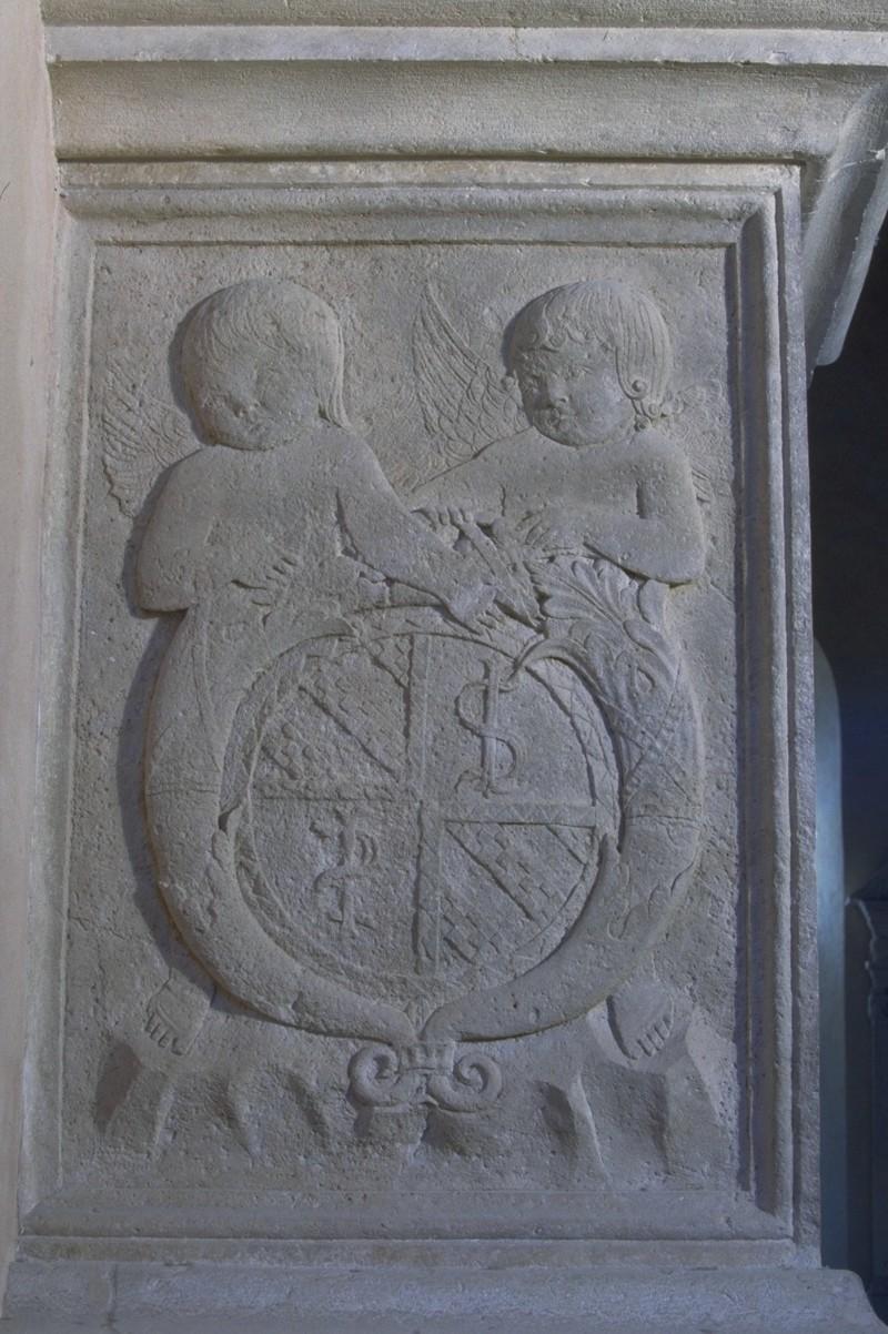 Agostino di Duccio (1454-1457), Due putti con scudo tra cornucopie 2/2