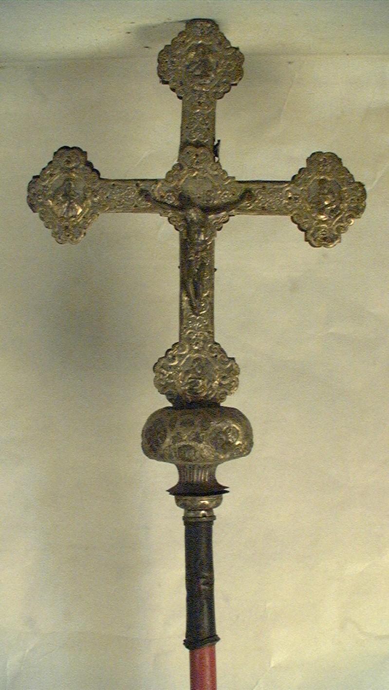Bottega del nord Italia sec. XIX, Croce astile in metallo sbalzato
