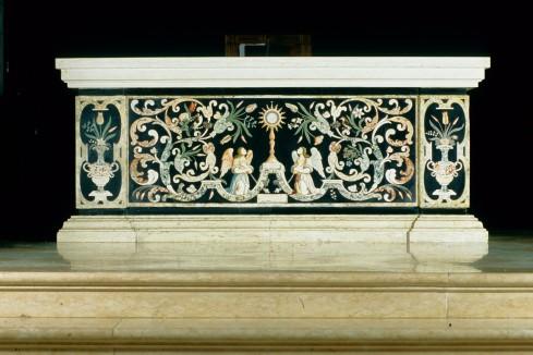 Bottega vicentina (1682), Altare al popolo con paliotto in scagliola incisa