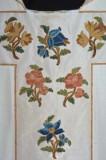 Manif. italiana sec. XX, Casula in tessuto di cotone bianco con fiori applicati