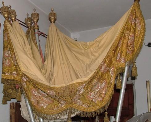 Manifattura Italia centrale sec. XIX, Baldacchino color senape avorio e oro