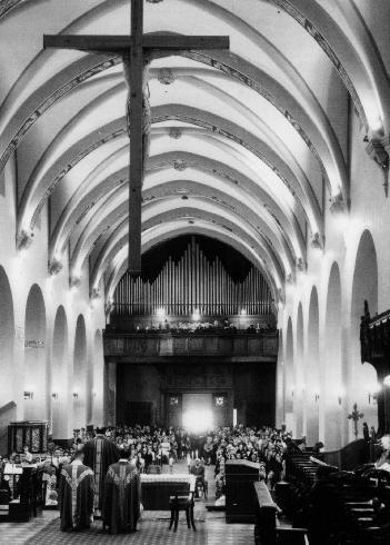 L'allestimento del presbiterio degli anni 1970