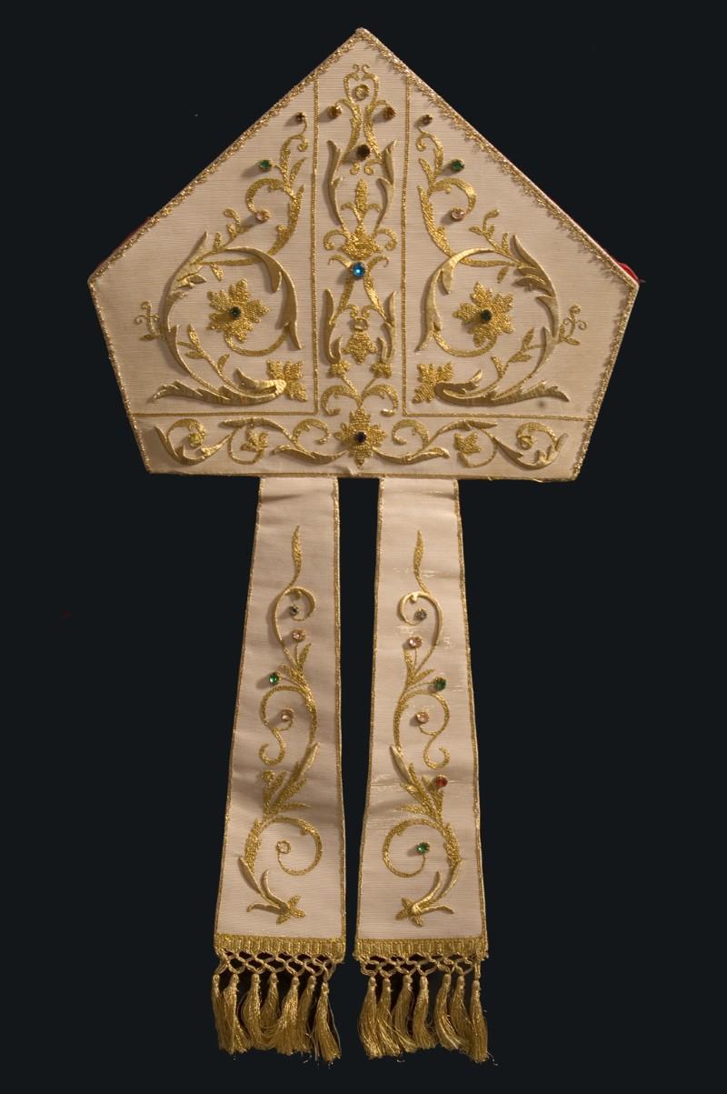Manifattura dell'Italia meridionale sec. XX, Mitra in seta bianca ricamata
