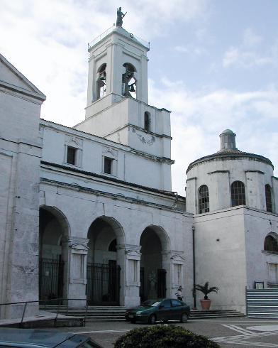 La facciata principale della cattedrale dei Santi Apostoli Pietro e Paolo e della Beata Vergine Assunta a Catanzaro, ricostruita dopo i bombardamenti del 1943