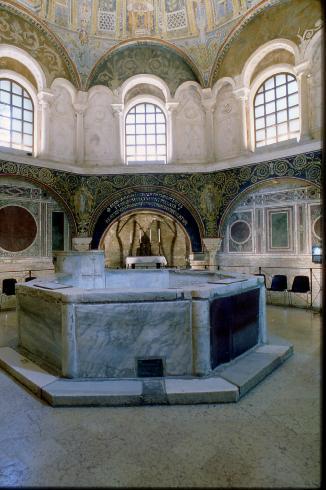 La vasca battesimale ottagonale conservata nelll'adiacente battistero.