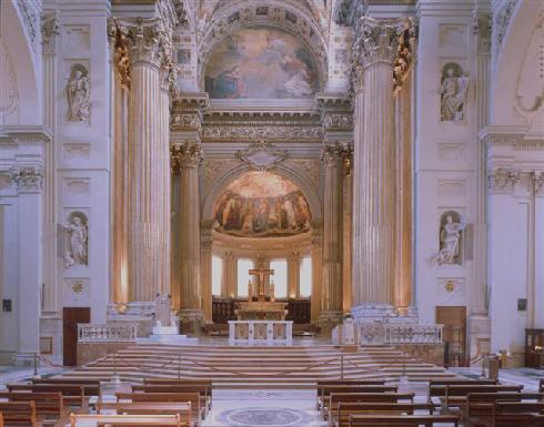 Il presbiterio dopo l'intervento di adeguamento liturgico del 1977