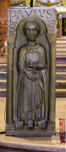 L'ambone con la stele romanica di S. Paolo