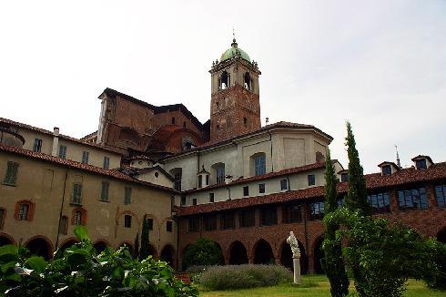 Il chiostro della Canonica e il campanile