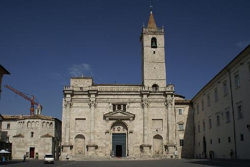 Il battistero e la facciata  della cattedrale di Sant'Emidio ad Ascoli Piceno