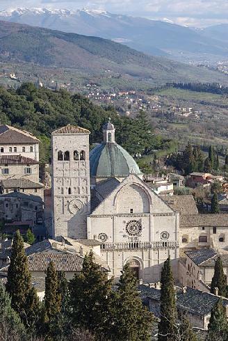La facciata della cattedrale di San Rufino ad Assisi