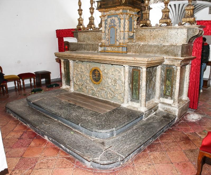 Ambito Italia centrale sec. XIX, Altare maggiore con gradino con volute