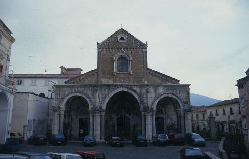 La facciata principale della cattedrale di San Pietro Martire a Sessa Aurunca