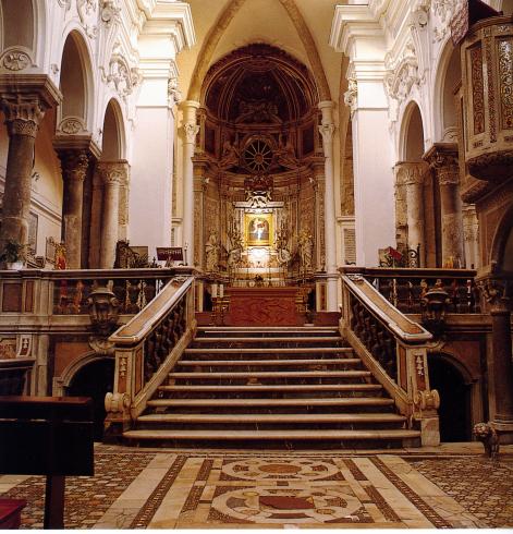 Il presbiterio nell'assetto provvisorio successivo al restauro compiuto a più riprese durante gli anni ottanta del xx sec.: altare ligneo esguito dallo scultore Vassella (1994); ambone e cattedra episcopale provvisoria a sinistra dell'altare.