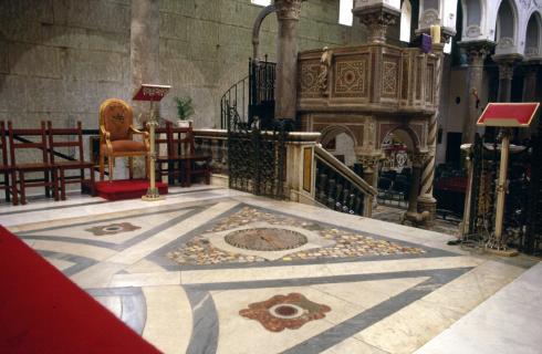 Veduta angolare dell'area presbiteriale con l'ambone attuale e la sede del celebrante in primo piano