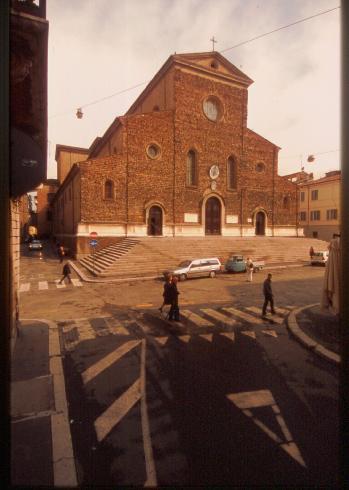 La facciata della cattedrale di San Pietro Apostolo a Faenza