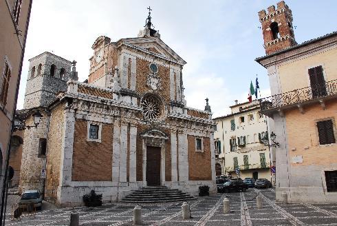 La facciata principale della cattedrale di Sant'Andrea