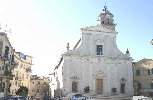 La facciata principale della cattedrale di Santa Maria Assunta