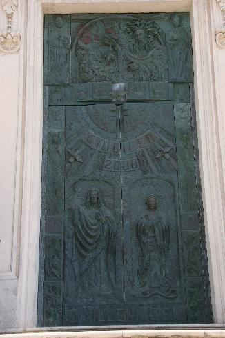 Il portone bronzeo d'ingresso