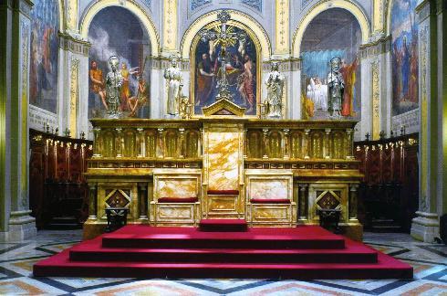 L'altare maggiore con la cattedra vescovile